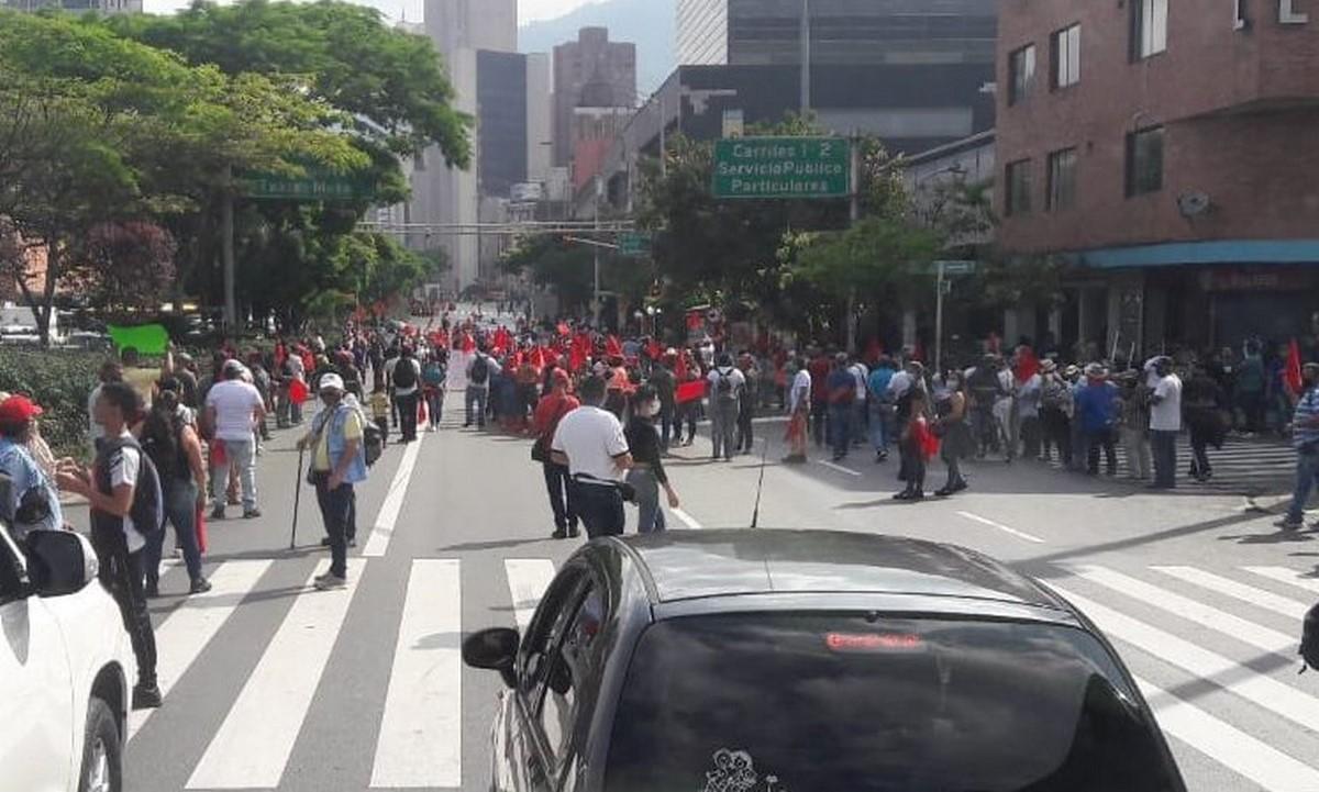 Venteros informales marchan en Medellín