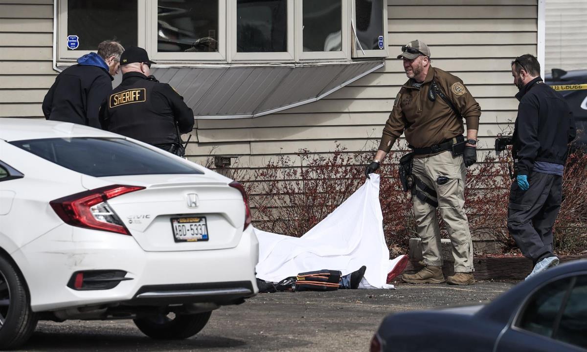 Autoridades investigan el tiroteo que ocurrió a primera hora de la mañana en el bar de Somers House y que dejó tres personas muertas y dos gravemente heridas cerca de Kenosha, Wisconsin, EE.UU.. EFE/EPA/TANNEN MAURYEFE/EPA/TANNEN MAURY