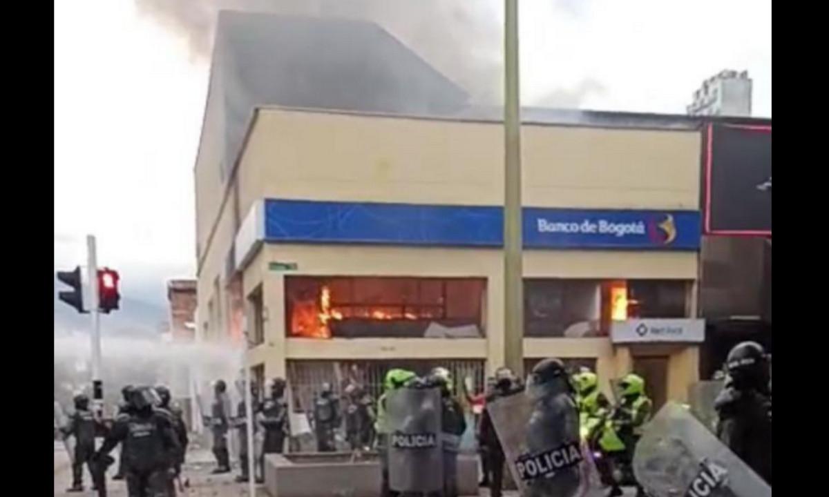 Incendiaron el Banco Bogotá de la Cr. 70 de Medellín