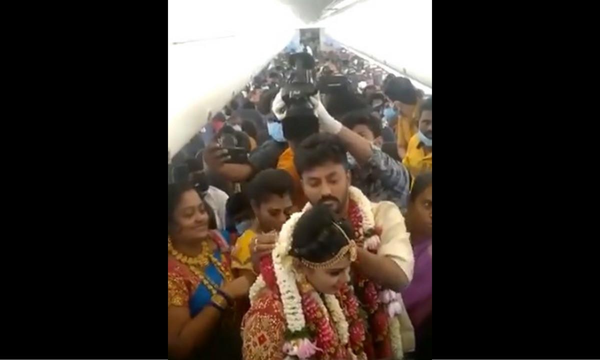 ¡Irresponsables! Se desata polémica por boda realizada al interior de un avión en la India