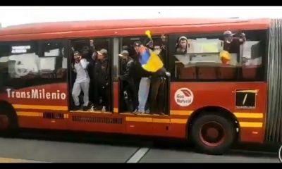 [Video] Manifestantes robaron un bus de Transmilenio en Bogotá