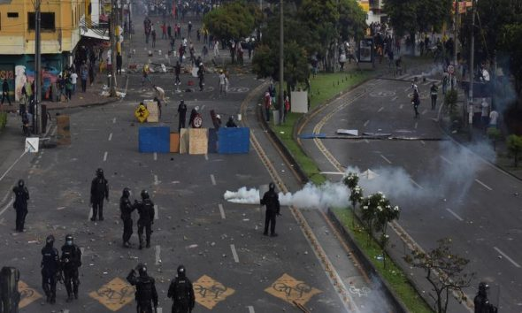 Cali-policías-manifestantes-paro