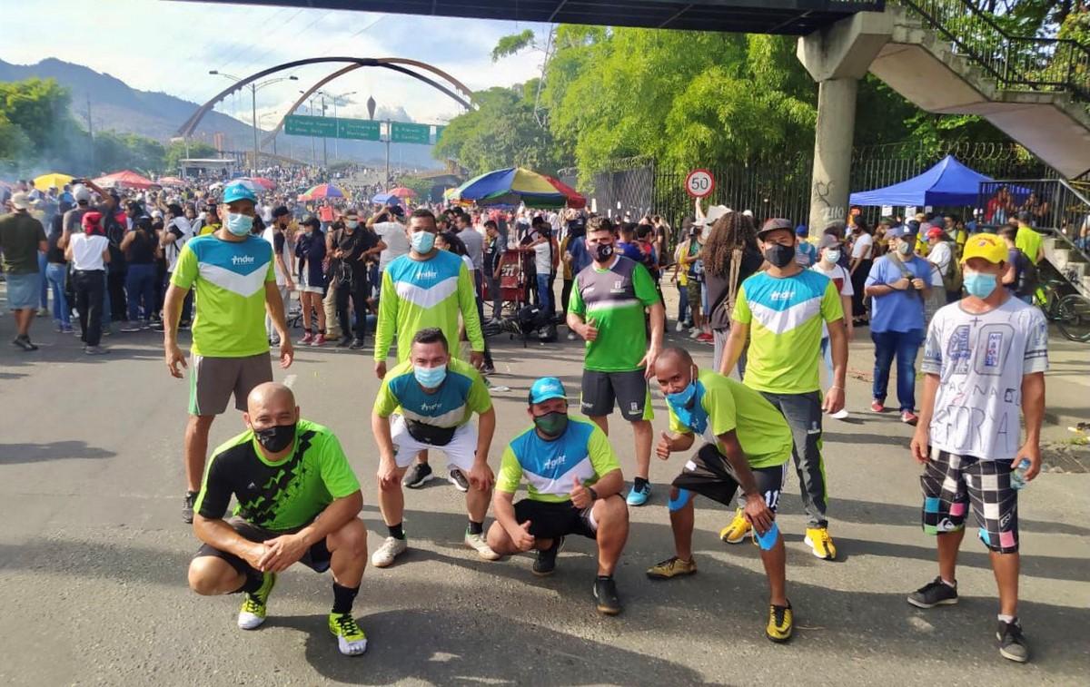 Funcionarios del Inder Medellin y manifestantes jugaron partido 1