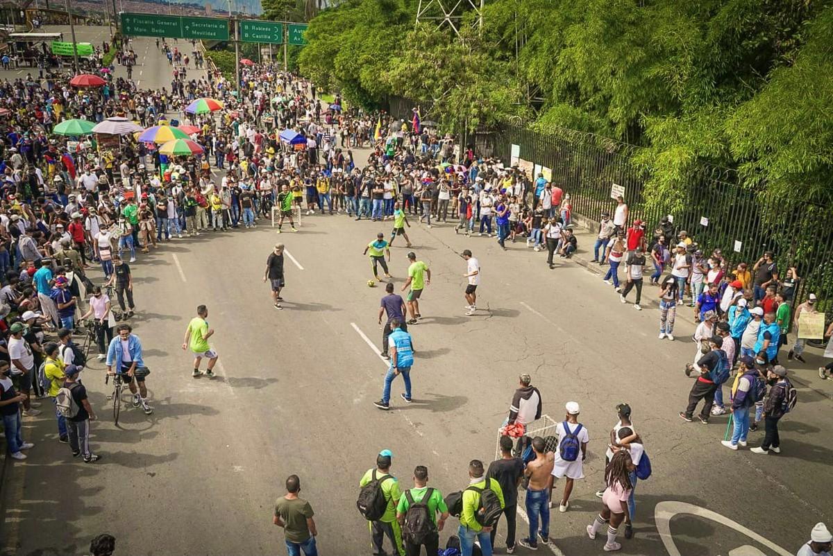 Funcionarios del Inder Medellin y manifestantes jugaron partido 2