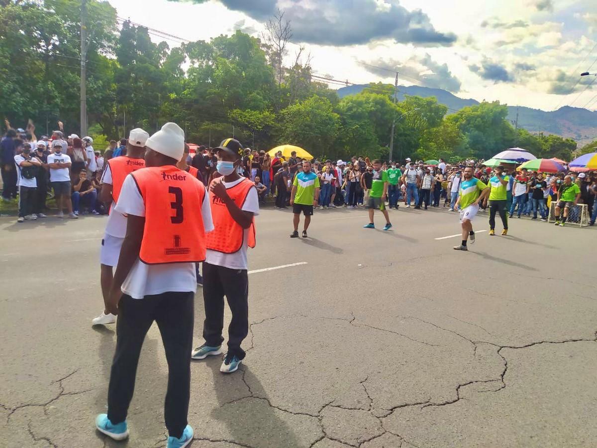 Funcionarios del Inder Medellin y manifestantes jugaron partido 3