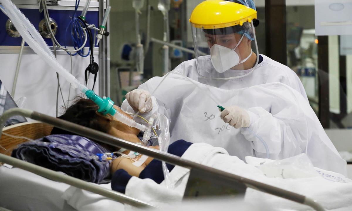 Empleados de la salud trabajan en una unidad de cuidados intensivos para enfermos de covid-19 en el Hospital El Tunal, el 30 de abril de 2021 en Bogotá (Colombia). EFE/Carlos Ortega