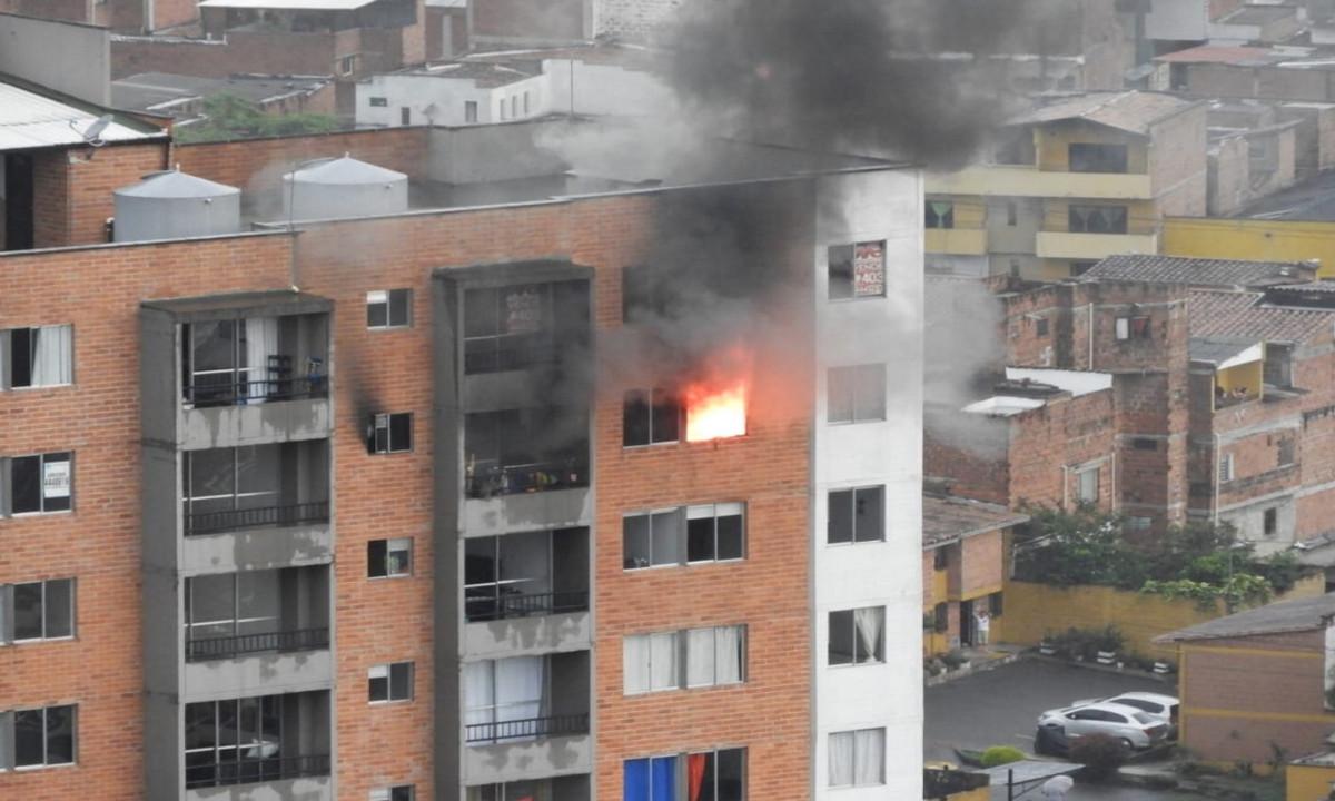 [Fotos y Video] ¡Qué susto! Incendio en un apartamento en Itagüí, ya evacuaron todo el edificio