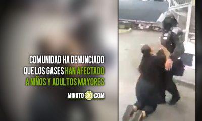[Video] Mujer se arrodilla ante uniformado del Esmad, le suplica que se vayan del sector