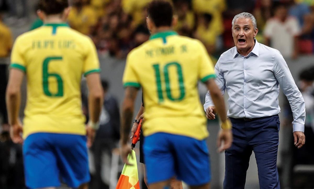 Fotografía de archivo del 5 de junio de 2019 del entrenador de la selección brasileña Tite (d) junto a los jugaores Filipe Luis (i) y Neymar (c) durante ul partido amistoso contra Catar, en el Estadio Mane Garrincha, en la ciudad de Brasilia (Brasil). EFE/ Antonio Lacerda ARCHIVO