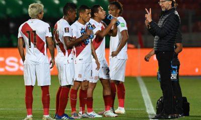 Fotografía de archivo del 13 de noviembre de 2020 del entrenador de Perú, Ricardo Gareca, junto a sus jugadores durante un partido contra Chile por las eliminatorias sudamericanas al Mundial de Catar 2022, en el Estadio Nacional de Santiago (Chile). EFE/ Martin Bernetti POOL / ARCHIVO