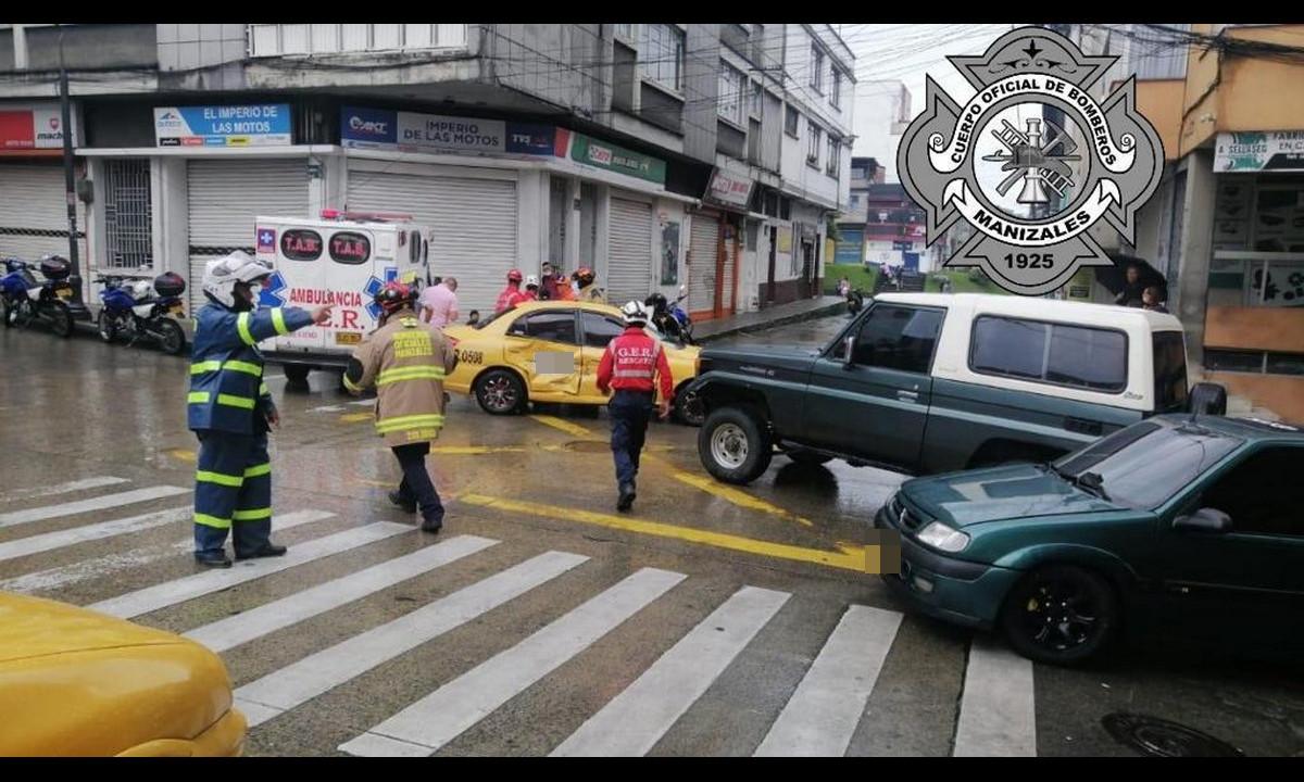 Un taxi y una camioneta chocaron, al parecer uno de ellos cruzó el semáforo en rojo