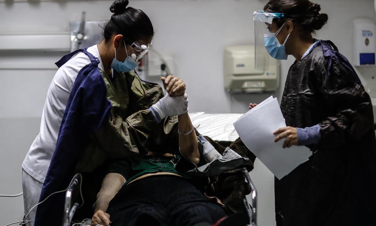 Personal medico realiza controles a sus pacientes en una Unidad de Cuidados Intensivos en un hospital de Buenos Aires. EFE/Juan Ignacio Roncoroni/Archivo