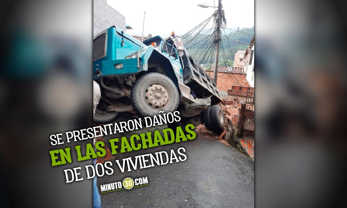 Volqueta perdio el control cuando reversaba por un callejon de Canaveralejo en Sabaneta