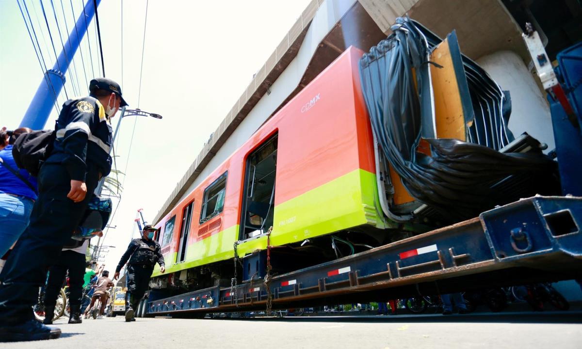 Policías resguardan hoy el vagón que colapso en la noche del lunes, en la Ciudad de México (México). EFE/ Carlos Ramírez