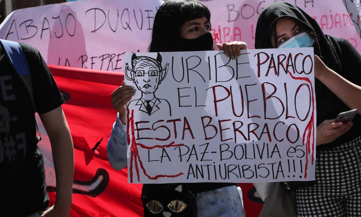 """Manifestantes colombianos y bolivianos protestan en la embajada colombiana en La Paz para reclamar que cese la represión a las protestas en Colombia, hoy en el barrio residencial de Calacoto, en el sur de la ciudad. Decenas de activistas bolivianos y algunos residentes colombianos protestan este viernes ante la Embajada de Colombia en La Paz y reclamaron """"que pare la masacre"""" en ese país, combinando la música con duras consignas contra el Gobierno de Iván Duque. EFE/Martin Alipaz"""