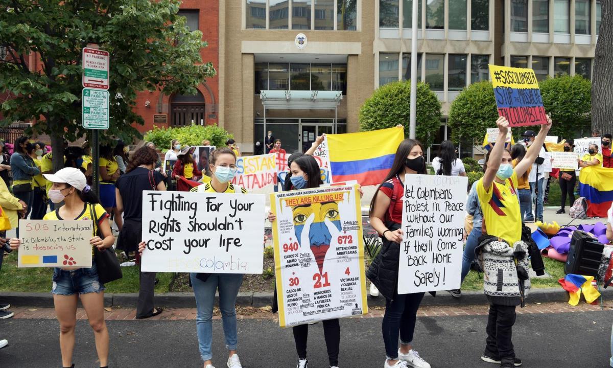 Colombianos se reúnen al frente del consulado colombiano en Washington para pedir el cese de la violencia en su país, hoy en Washington (EE.UU.). EFE/Lenin Nolly