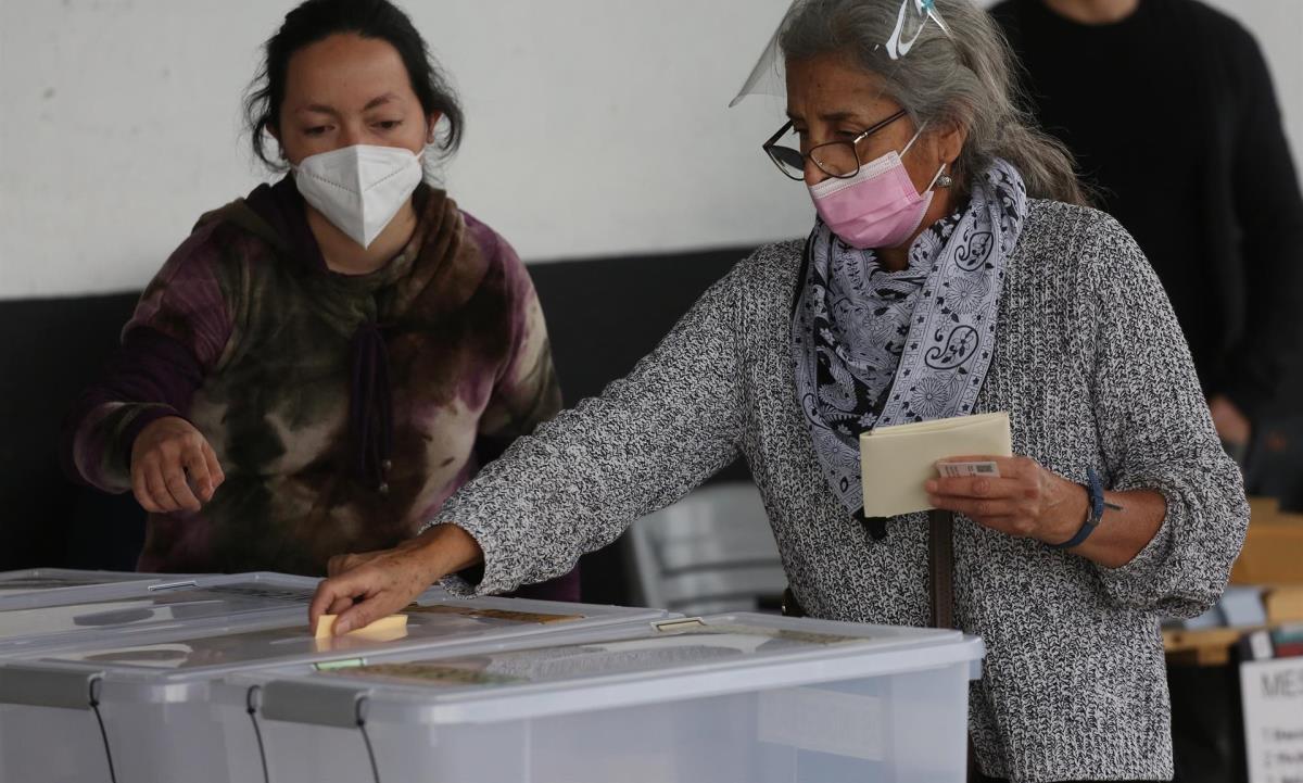 Una mujer acude a un puesto de votación ubicado en el Estadio Monumental el 15 de mayo de 2021, en Santiago (Chile). EFE/ Elvis González