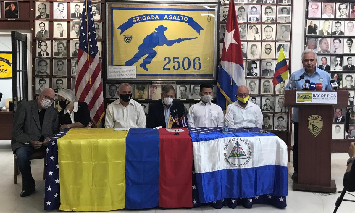"""El presidente de la brigada, el cubano-estadounidense Johnny López de la Cruz (d), habla hoy viernes durante el acto denominado """"por el cese de la violencia y la restitución del respeto a las instituciones colombianas"""" celebrado en la sede de la Brigada 2506 en Miami, Florida (EE.UU.). EFE/Ana Mengotti"""