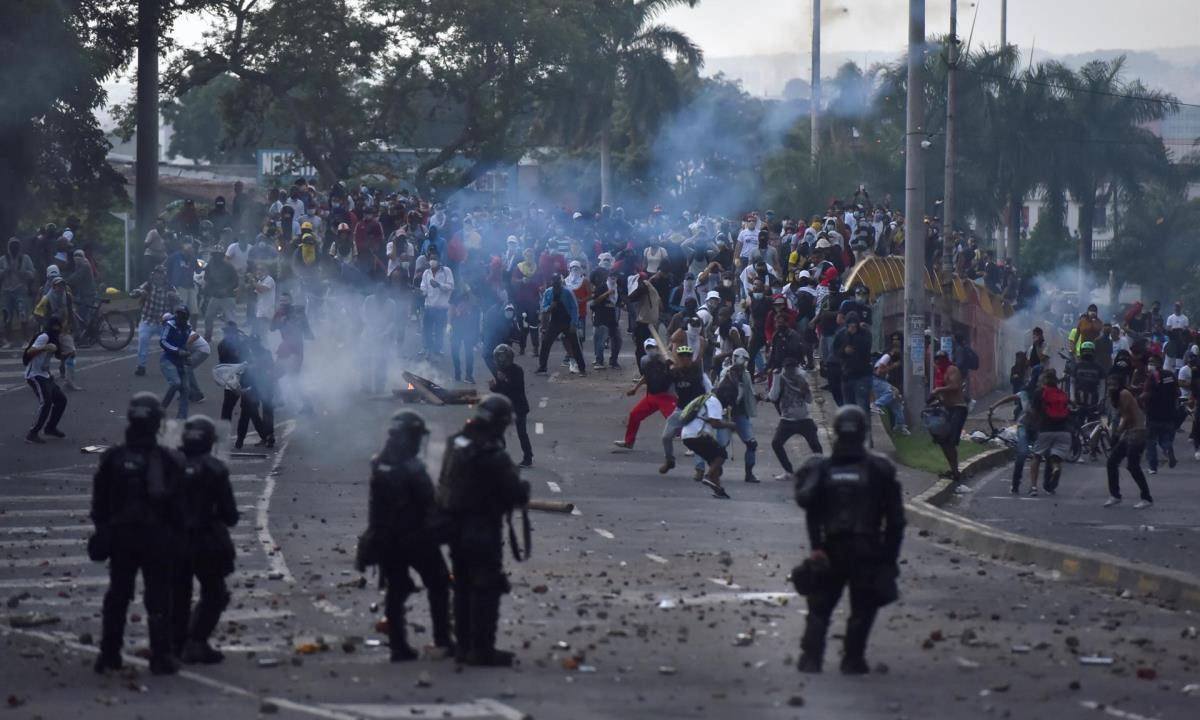 Manifestantes se enfrentan el 29 de abril de 2021 a miembros del ESMAD en la segunda jornada de protestas en contra de la reforma tributaria propuesta por el gobierno de Iván Duque, hoy en Cali (Colombia). EFE/ Ernesto Guzmán Jr