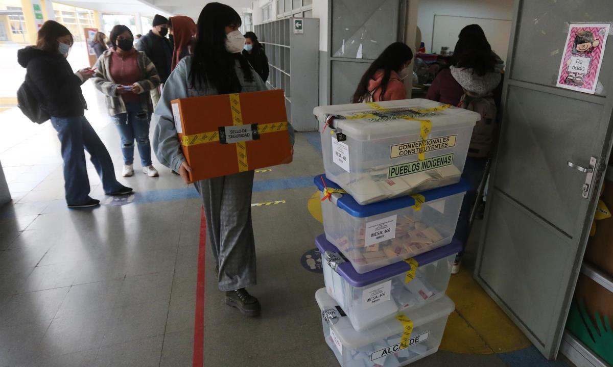Jurados reinstalan las mesas de votación hoy, durante las elecciones locales y constituyentes en un colegio electoral en la comuna de San Bernardo, en Santiago (Chile). EFE/ Elvis González