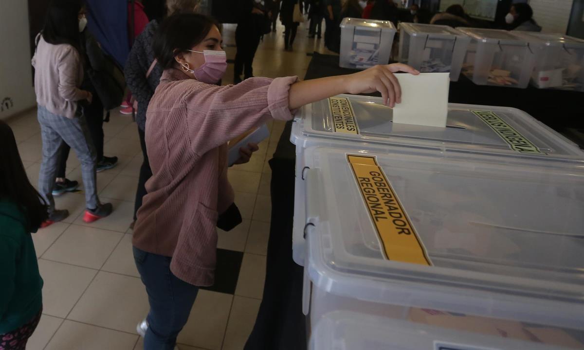Carla, de 25 años, acude a un puesto de votación ubicado en el Estadio Monumental el 15 de mayo de 2021, en Santiago (Chile). EFE/ Elvis González