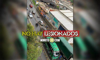 ¡Qué susto! En Medellín a un bus se le salió una llanta y tumbó a dos motociclistas