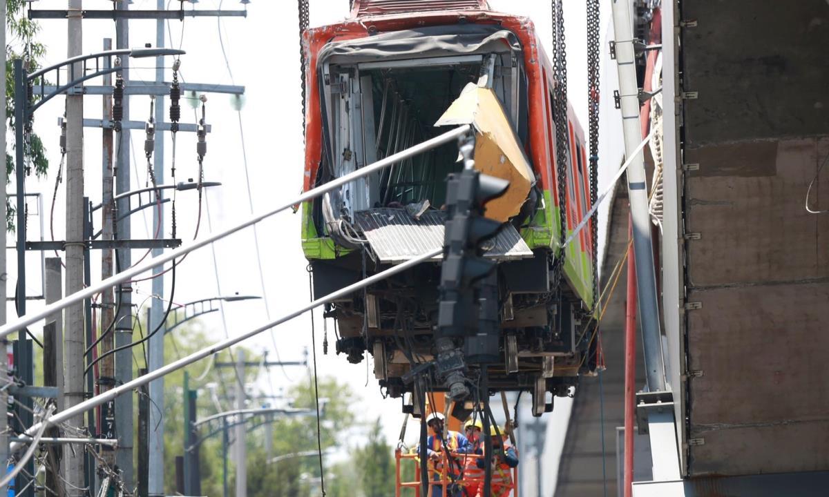 Bomberos y operarios del área de emergencias trabajan para retirar uno de los vagones que colapsaron en la noche de este lunes, hoy, en Ciudad de México (México). EFE/ Carlos Ramírez