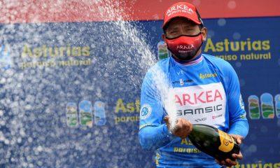 El ciclista colombiano del equipo Arkea, Nairo Quintana, celebra en el podio la victoria conseguida en la Vuelta Ciclista a Astutias, tras la última etapa entre Cangas del Narcea y Oviedo con meta en el alto del Naranco. EFE/Eloy Alonso