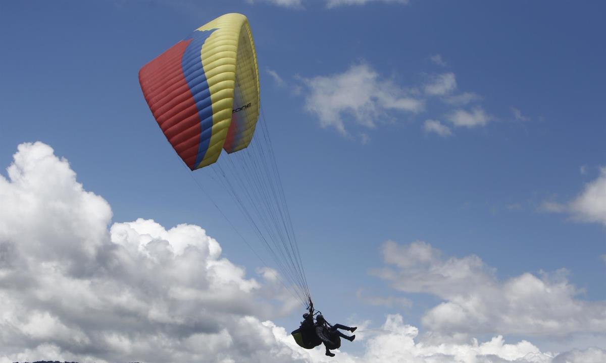 """Varios pilotos de parapente vuelan para una actividad que denominaron """"marcha aérea"""" hoy, sobre el corregimiento de San Félix, en Antioquia (Colombia). EFE/ Luis Eduardo Noriega A."""