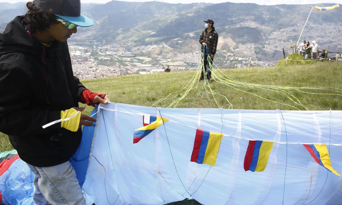 """Varios pilotos de parapente se preparan para volar para una actividad que denominaron """"marcha aérea"""" hoy, sobre el corregimiento de San Félix, en Antioquia (Colombia). EFE/ Luis Eduardo Noriega A."""