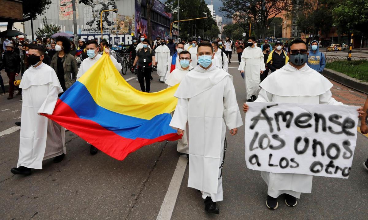 Frailes Dominicos se suman a los manifestantes que marchan por las calles, durante una nueva jornada de protestas hoy en Bogotá (Colombia). EFE/Carlos Ortega