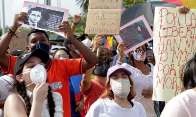 Jóvenes gritan arengas, el 7 de mayo de 2021, en Cartagena de Indias (Colombia), durante una jornada de protestas que recorrió el sector turístico de la ciudad en el marco del paro nacional. EFE/Ricardo Maldonado Rozo