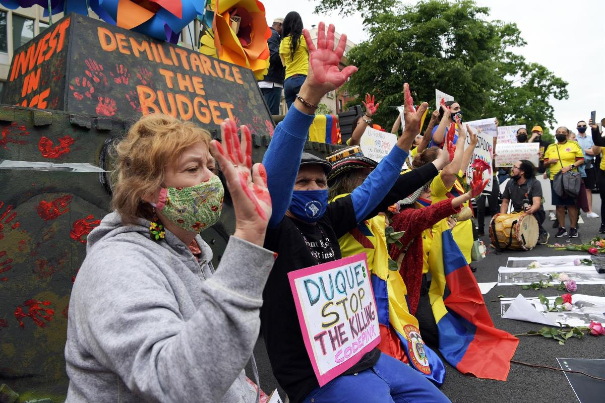 Colombianos junto a la replica de una tanqueta se reúnen al frente del consulado colombiano en Washington para pedir el cese de la violencia en su país, hoy en Washington (EE.UU.). EFE/Lenin Nolly