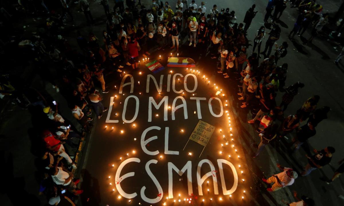 Vista general de un mensaje con velas durante una velatón en homenaje al joven Nicolás Guerrero, asesinado durante los enfrentamientos con miembros del Escuadrón Móvil Antidisturbios (ESMAD), en Cali (Colombia). EFE/ Ernesto Guzmán Jr