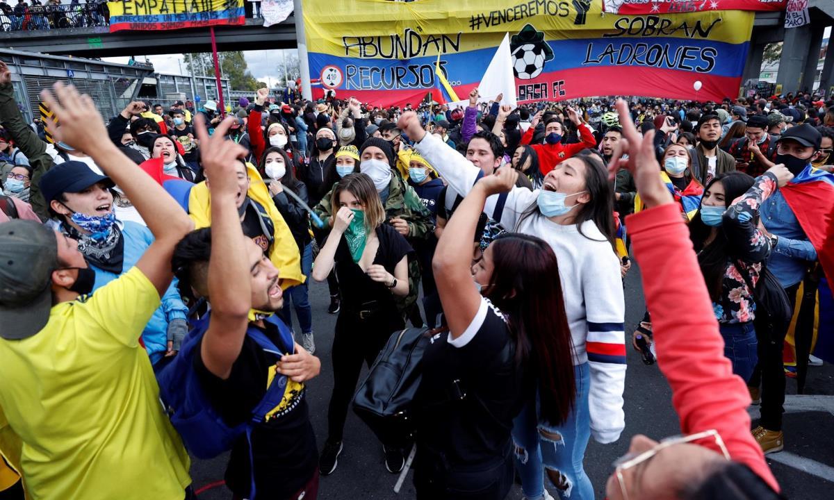 Cientos de personas fueron registradas este sábado al participar en una nueva jornada de protestas, durante el día 18 del Paro Nacional contra el gobierno del presidente Iván Duque, en Bogotá (Colombia). EFE/Mauricio Dueñas Castañeda