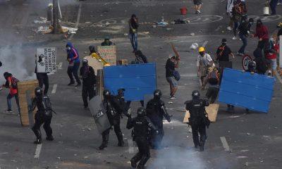 Manifestantes se enfrentan con miembros del Escuadrón Móvil Antidisturbios (ESMAD) durante las protestas, el 3 de mayo de 2021, en Cali (Colombia). EFE/ Ernesto Guzmán Jr