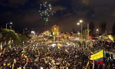 Cientos de personas se concentran cerca del Monumento a los Héroes en el marco del Paro Nacional convocado contra políticas sociales y económicas del presidente Iván Duque, que completa 18 días en el norte de Bogotá (Colombia). EFE/ Mauricio Dueñas Castañeda