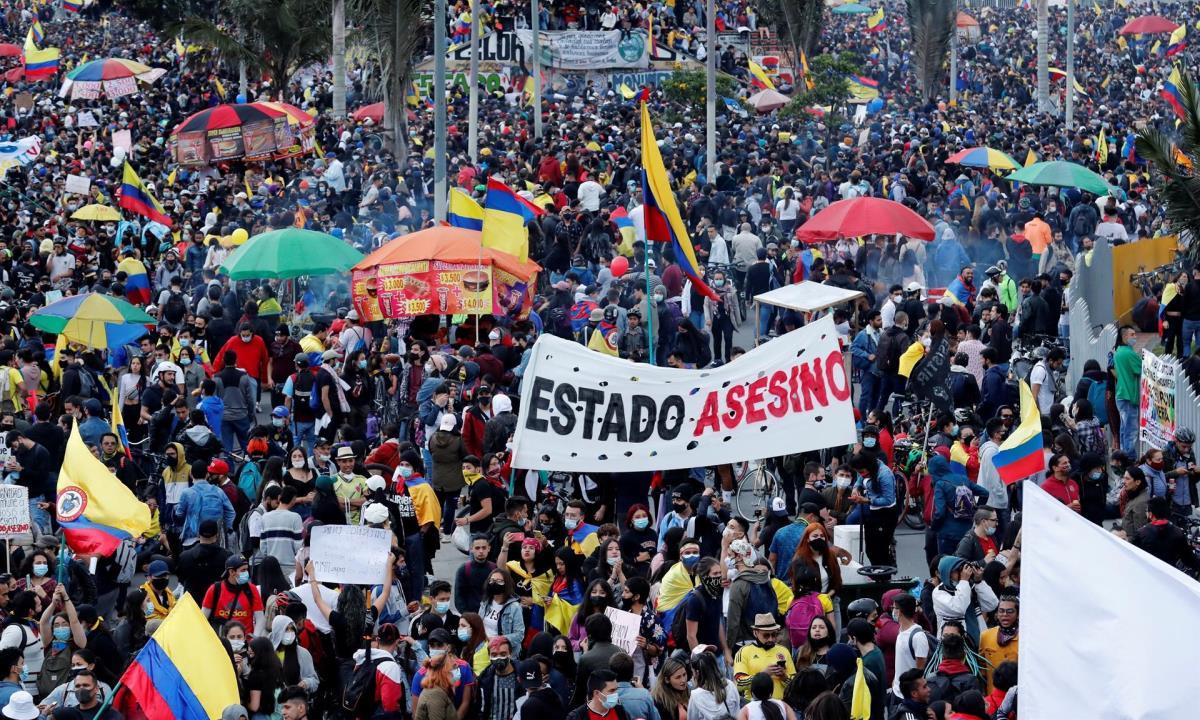 Miles de personas fueron registradas este sábado al participar en una nueva jornada de protestas, durante el día 18 del Paro Nacional contra el gobierno del presidente Iván Duque, en Bogotá (Colombia). EFE/Mauricio Dueñas Castañeda
