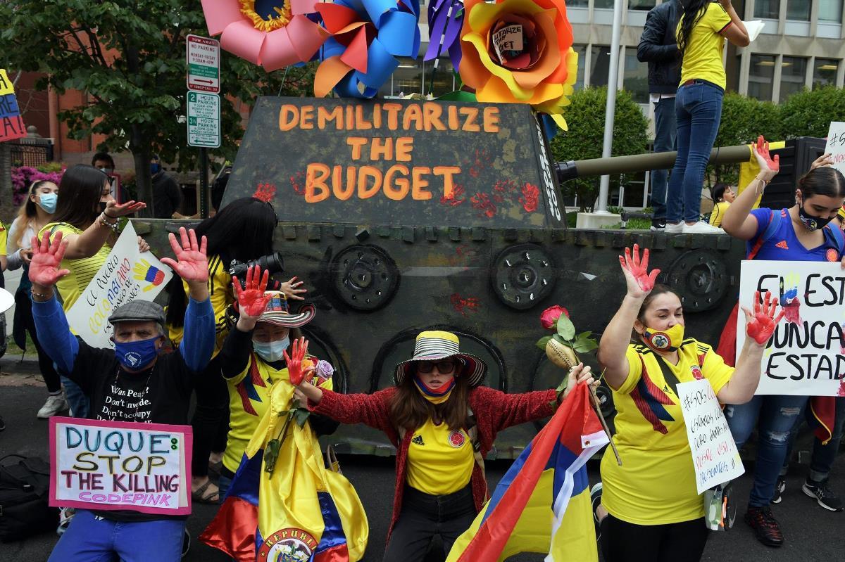Colombianas junto a la replica de una tanqueta se reúnen al frente del consulado colombiano en Washington para pedir el cese de la violencia en su país, hoy en Washington (EE.UU.). EFE/Lenin Nolly