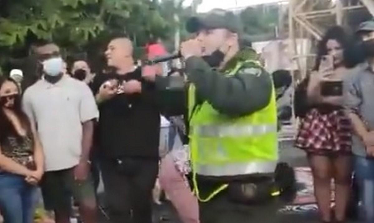 Jóvenes y policías cantando rap en Medellín este 14M