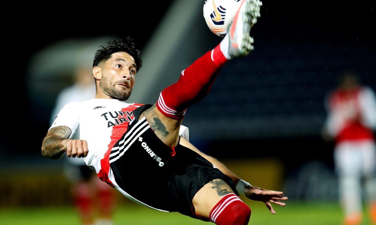Milton Casco, del River Plate de Argentina, fue registrado este jueves al patear un balón, durante un partido del grupo D de la Copa Libertadores, contra el Santa Fe de Colombia, en el estadio La Nueva Olla, en Asunción (Paraguay). EFE/Jorge Saenz/Pool