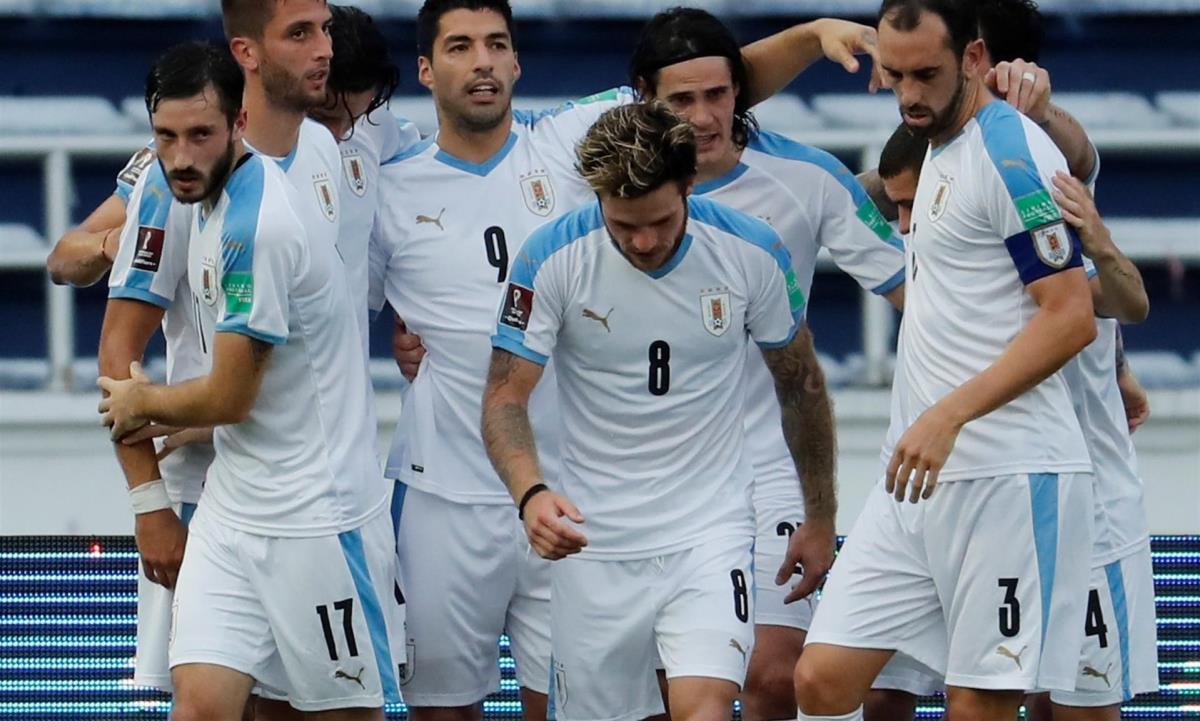 Luis Suárez (c-i) y Edison Cavani (c-d) de Uruguay celebran un gol en un partido de las Eliminatorias Sudamericanas para el Mundial de Catar 2022 entre las selecciones nacionales de Colombia y Uruguay, el 13 de noviembre de 2020 en el estadio Metropolitano en Barranquilla (Colombia). EFE/Mauricio Dueñas Castañeda/Archivo