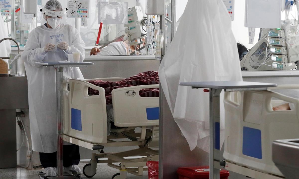 Personal médico trabaja hoy en una unidad de cuidados intensivos para enfermos de covid-19 en el Hospital El Tunal, en Bogotá (Colombia). EFE/ Carlos Ortega