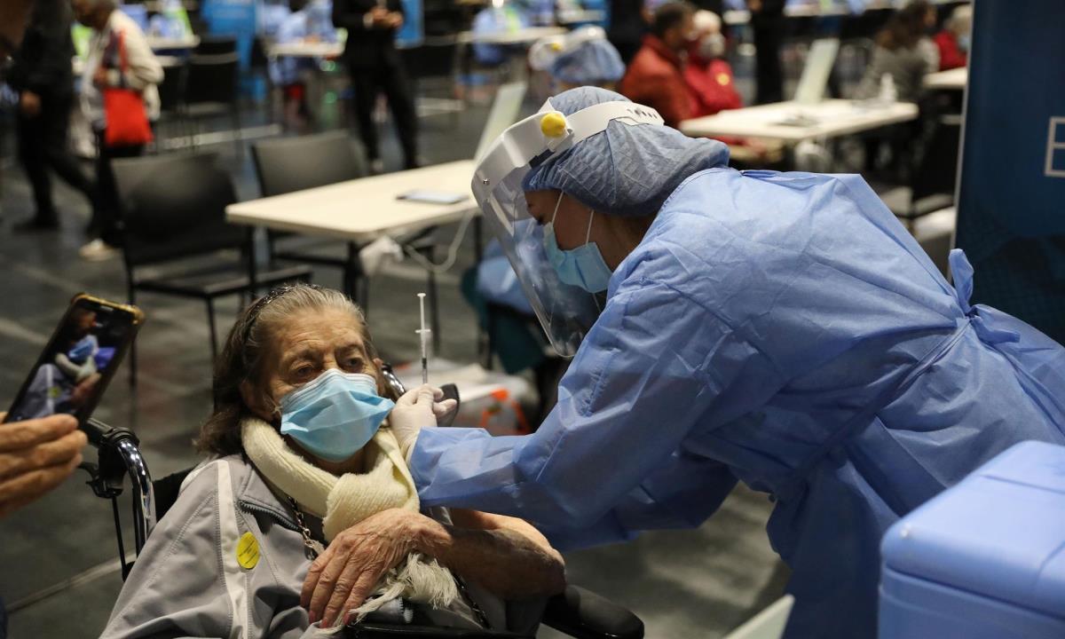Una enfermera aplica una vacuna contra la covid-19 a un adulto mayor en el coliseo Movistar Arena, en Bogotá (Colombia). EFE/ Carlos Ortega/Archivo