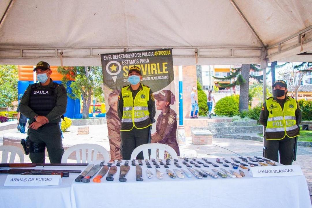 Más de 70 armas blancas fueron entregadas a la Policía por la comunidad en El Carmen de Viboral