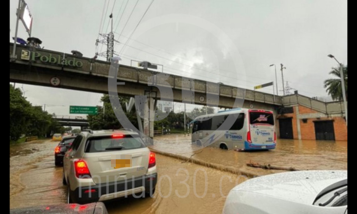 [Fotos y videos] Continúa la movilidad reducida por inundación en la Avenida Las Palmas