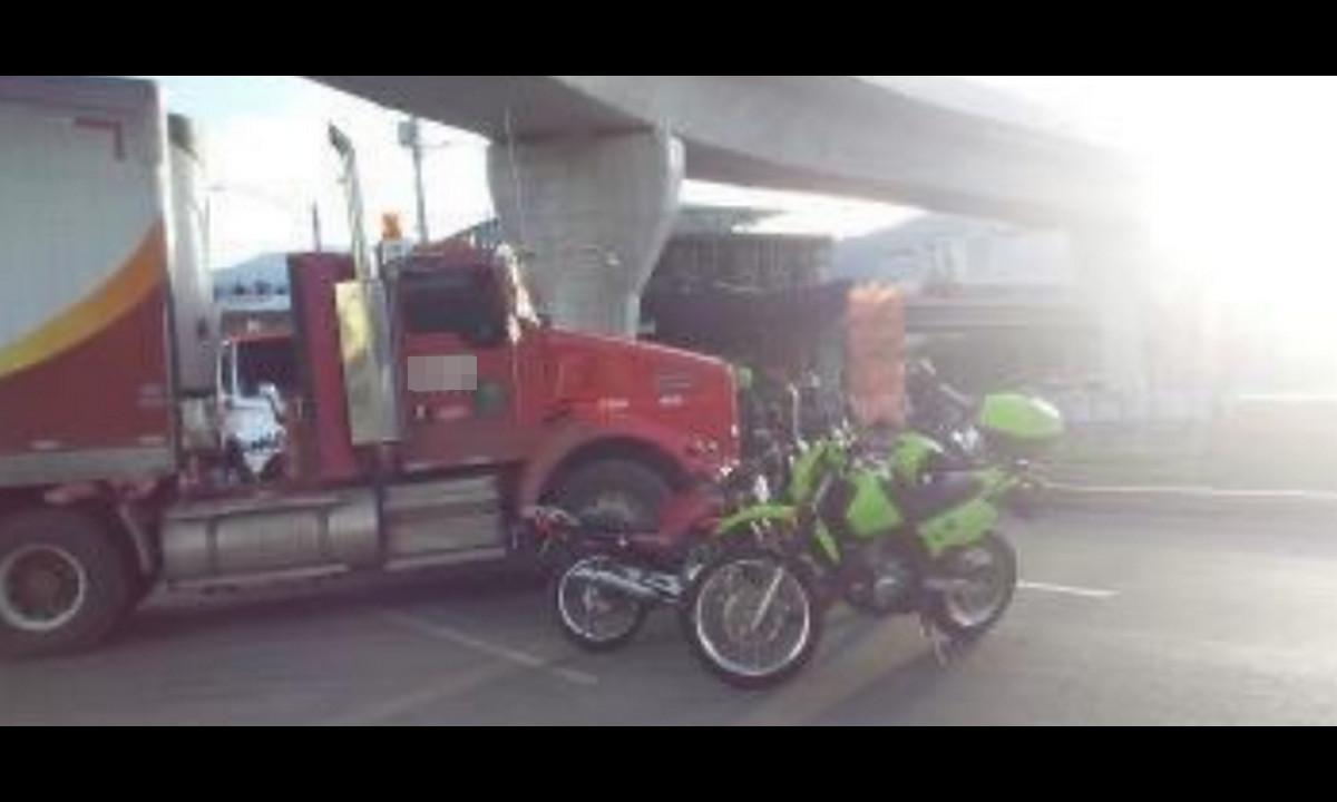 Por Ayurá, una tractomula y una moto chocaron