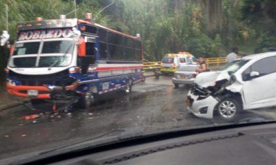 En Robledo, La Campiña, un bus y un carro particular chocaron