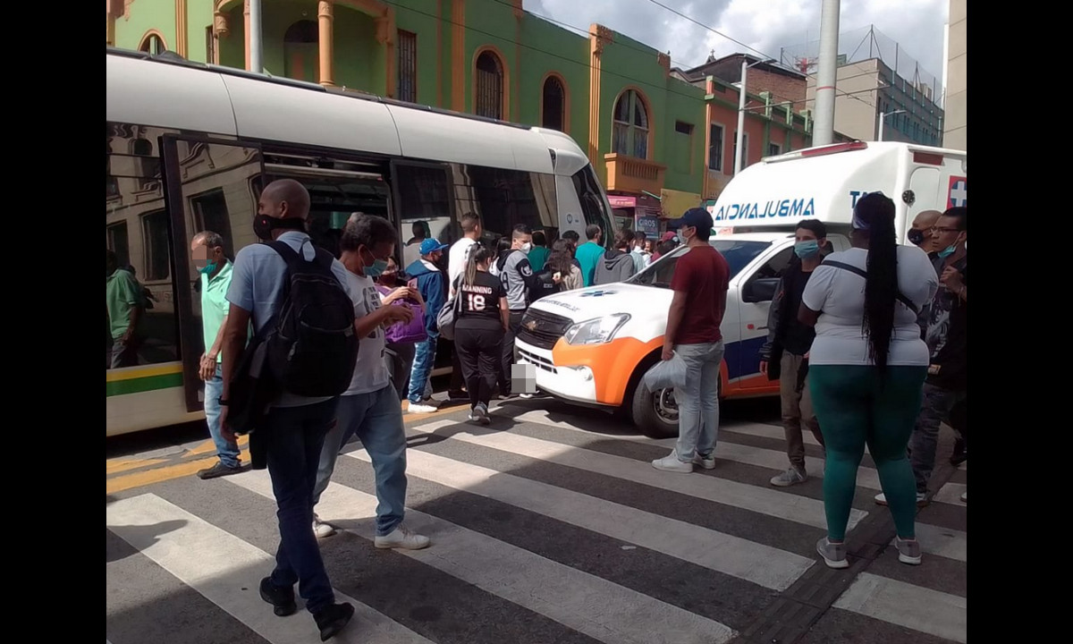 ¡Terrible! Fuerte accidente en el centro de Medellín, una ambulancia chocó contra el Tranvía