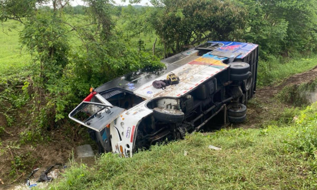 ¡Qué miedo! Un bus en Sabanalarga se volcó y se salió de la vía